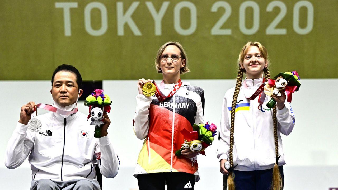 Foto: World Shooting Para Sport / Die drei Medaillengewinner im KK-Liegendschießen Mix: Goldmedaillengewinnerin Natascha Hiltrop eingerahmt vom Südkoreaner Jinho Park und der Ukrainerin Iryna Shchetnik.